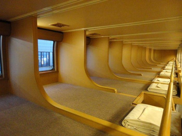 Many Japanese People Prefer The Sunrise Express Train (7 pics)