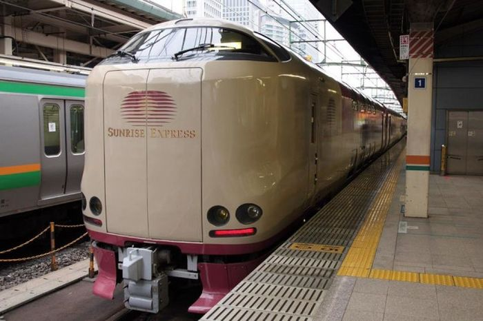 Many Japanese People Prefer The Sunrise Express Train (7 pics)
