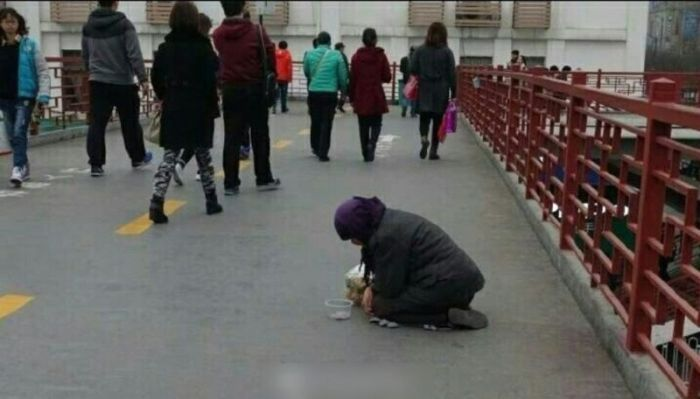 See What This Beggar Does When She's Handed Food (5 pics)