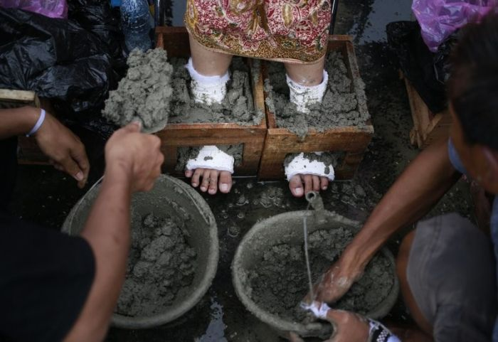 Indonesian Farmers Cement Their Own Feet In Protest (6 pics)
