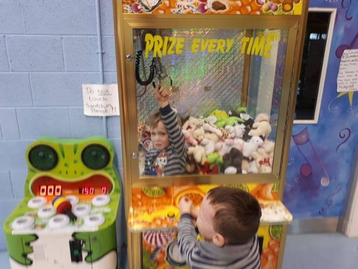Kid Gets Extra Prizes After Getting Stuck In The Machine (4 pics)