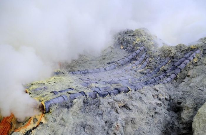 Workers Extract Sulfur From The Crater Of A Volcano In Indonesia (16 pics)