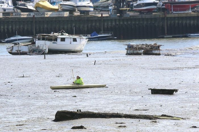 Kayaker Gets Trapped In Southhampton (7 pics)