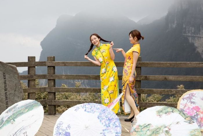 Stunning Qipao Show Takes Place On A Cliff In China (6 pics)
