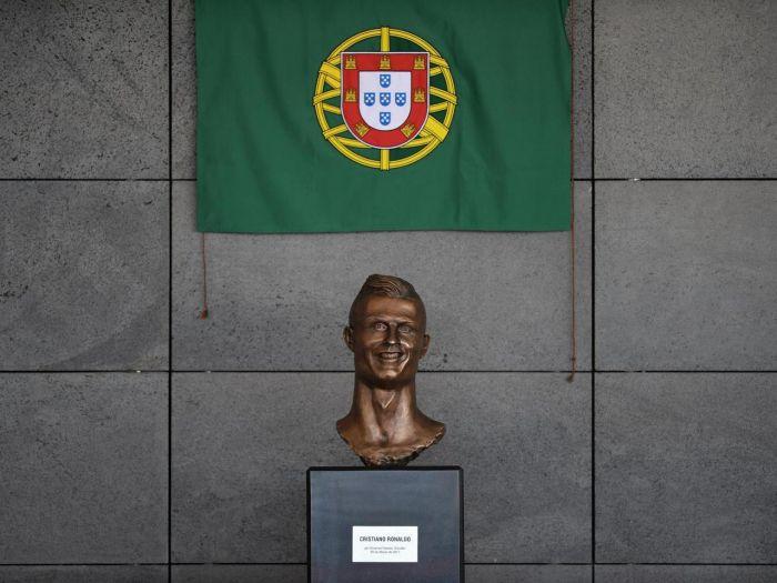 Cristiano Ronaldo Statue (3 pics)