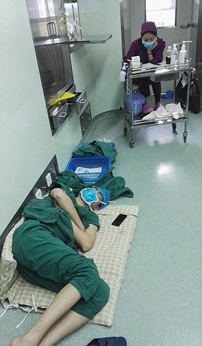 Surgeon Called A Hero After Working A 28 Hour Shift (3 pics)