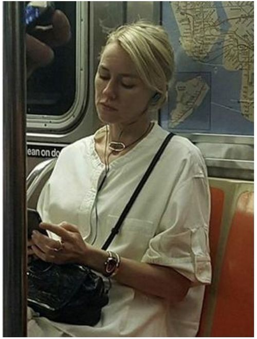 Naomi Watts Trolls Unaware Fan On The Subway (2 pics)