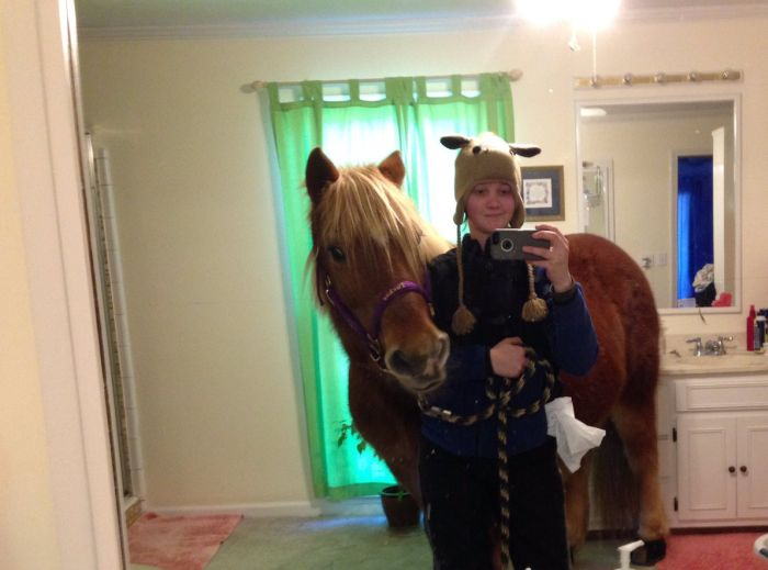 Girl Takes Selfies With A Horse In Her Parents' House (3 pics)