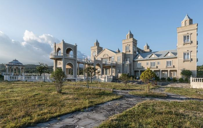 Abandoned Mansion In South Korea Is Gradually Being Destroyed (9 pics)