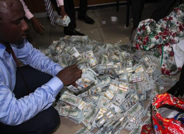 Authorities Discover $43 Million In Cash In A Nigerian Apartment (8 pics)