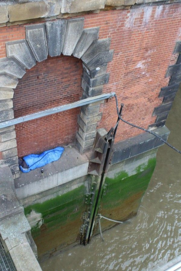 Shocking Pictures Shows Homeless Person Sleeping Above The River Thames (3 pics)