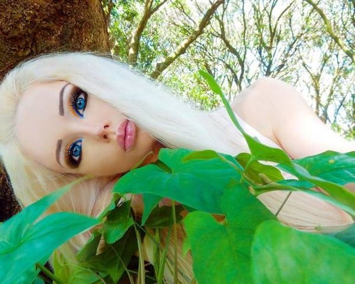 Ukrainian Barbie Girl Shows Off Her No Makeup Photos (13 pics)