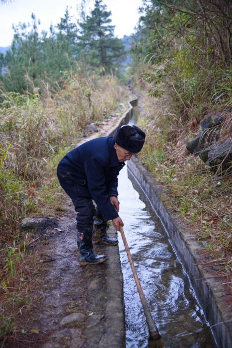 Chinese Man Digs Canal To Provide Water To His Village (4 pics)