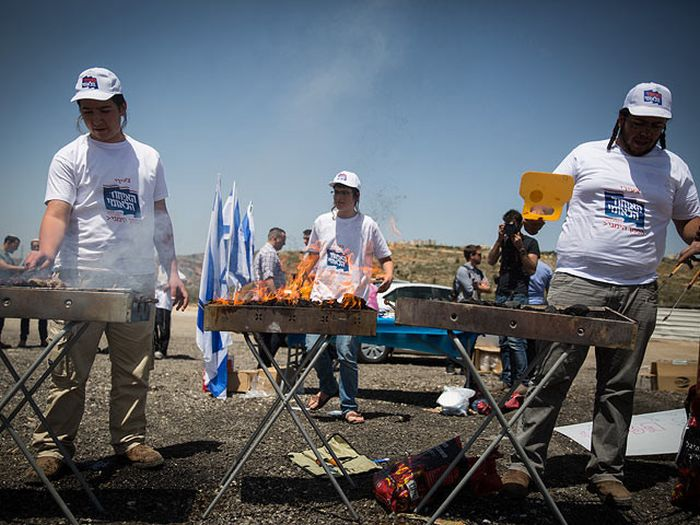 Israeli Activists Hold Barbecue To Taunt Palestinians On Hunger Strike (5 pics)