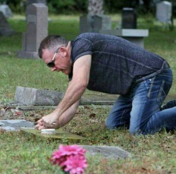 Man Spends His One Day Off Cleaning Veterans' Tombstones (4 pics)