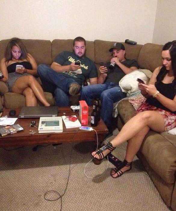 People Who Seriously Need To Put Down Their Phones (46 pics)