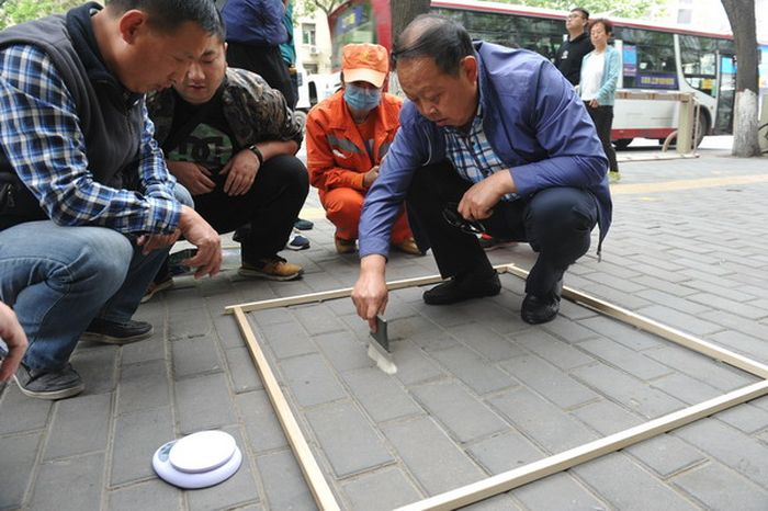 Xi'an Street Cleaners Held To Very High Standards (2 pics)