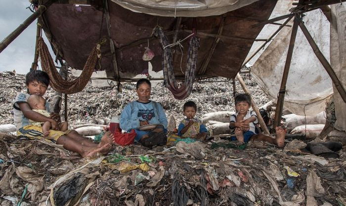 Shocking Photos Reveal People Living In A Giant Rubbish Dump (12 pics)