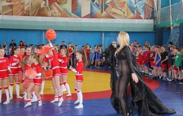 Singer Forgets To Wear Panties While Performing At Children's Event (4 pics)