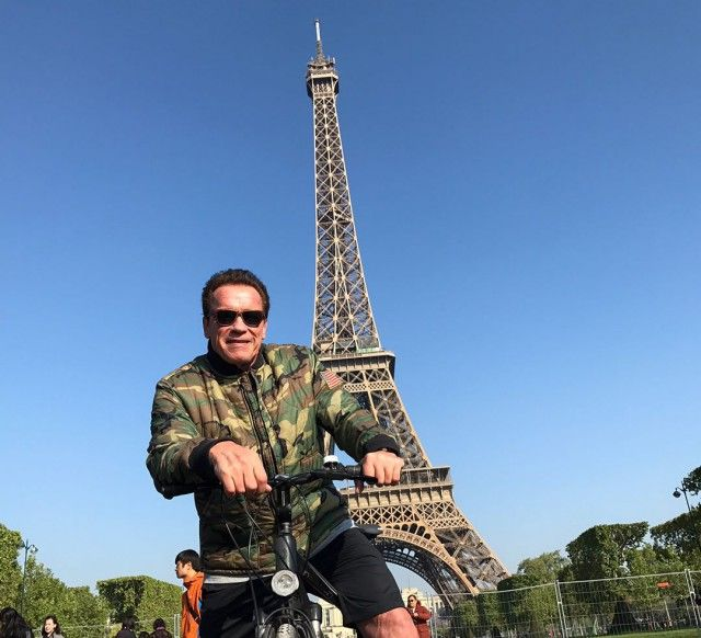 Arnold Schwarzenegger Spoils Tourist Photo In Paris (3 pics)