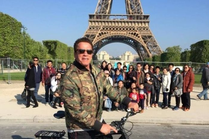 Arnold Schwarzenegger Spoils Tourist Photo In Paris (3 pics)