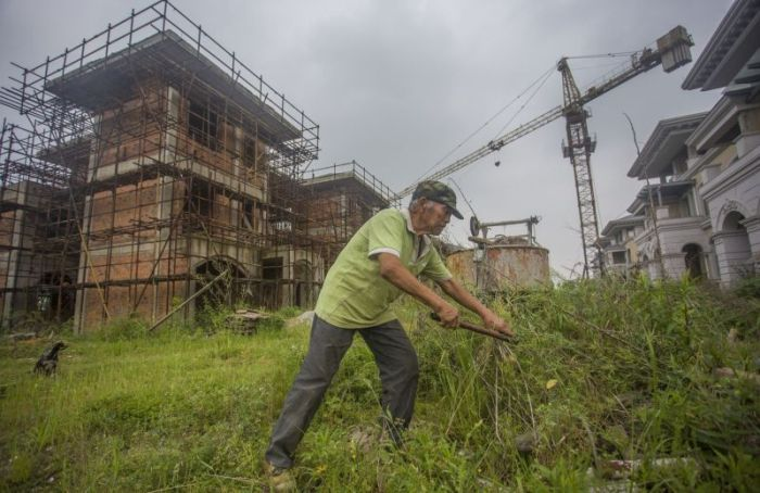 The Lone Inhabitants Of An Abandoned Chinese Community (7 pics)