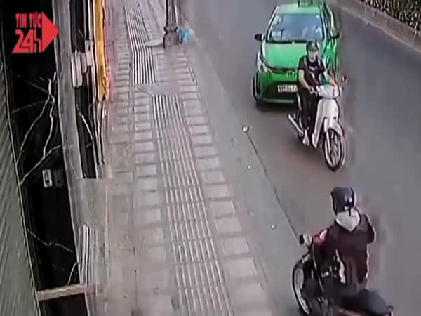 Purse Snatching Thief Gets Served Instant Street Justice