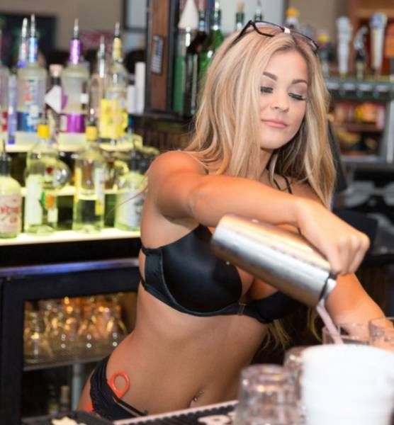 The Sexy Girls In This Sports Bar Make It Hard To Watch Sports (33 pics)