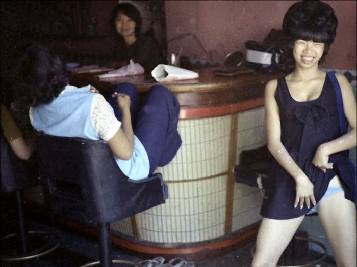 Candid Color Shots Show Bar Girls During The Vietnam War (24 pics)