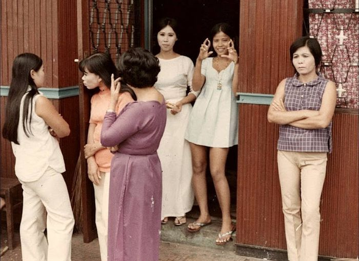 Candid Color Shots Show Bar Girls During The Vietnam War (24 pics)