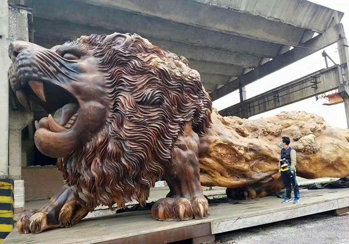 This Giant Lion Is The World's Largest Redwood Sculpture (7 pics)