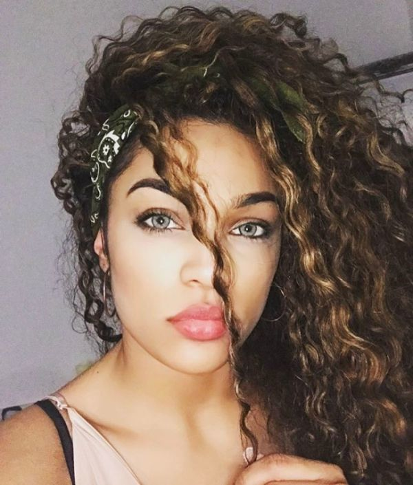This Woman Claims She's Too Beautiful To Find A Guy (8 pics)