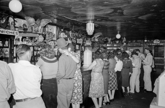 Americans Drink Beer And Eat Crabs During The Great Depression (17 pics)