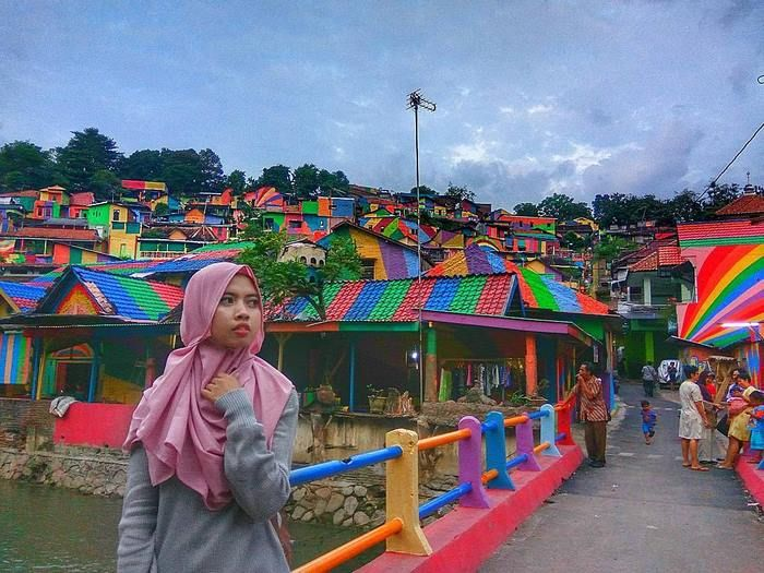 Indonesian Government Turns Slum Into A Rainbow Village (12 pics)
