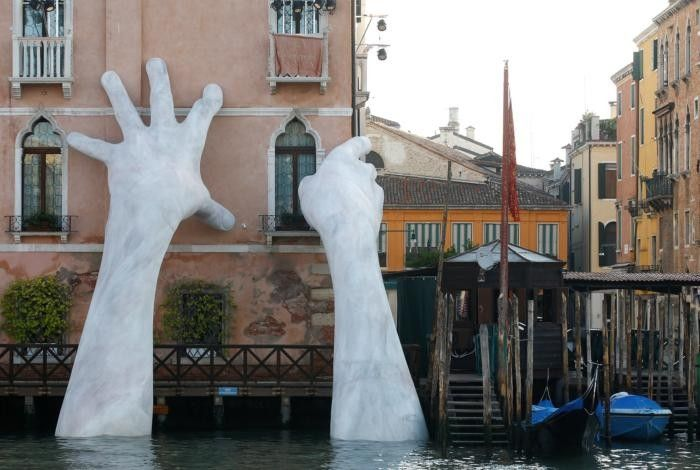 Lorenzo Quinn Unveils Incredible Sculpture At Ca'Sagredo Hotel (3 pics)