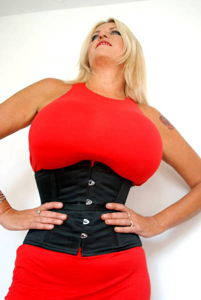 Britain's Bustiest Woman Can't Stop Enlarging Her Breasts After Her Divorce (15 pics)