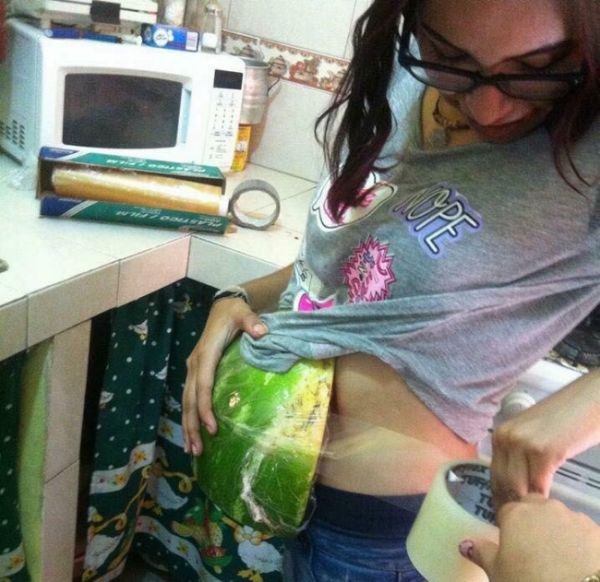 How To Pull Off A Fake Pregnancy (4 pics)