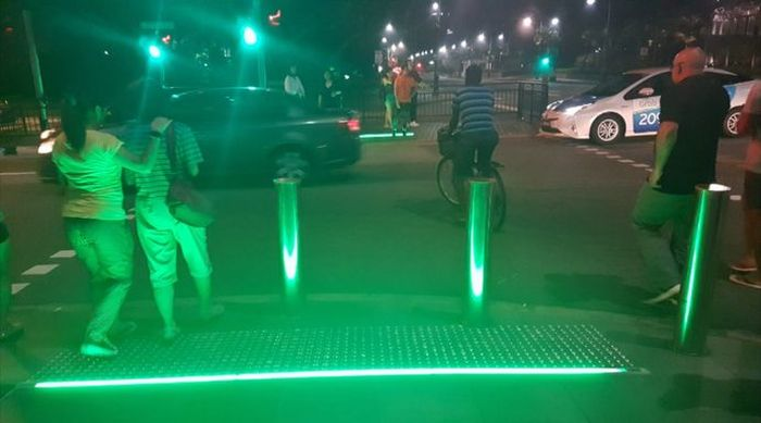 New Traffic Light Aimed At People Who Stare At Their Phones (2 pics)