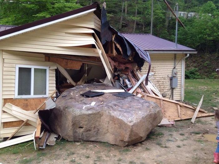 Sliding Boulder Collides With A House (7 pics)