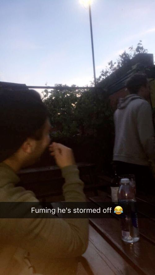 Guy Pulls Hilarious Snapchat Prank On His Friends At The Bar (3 pics)