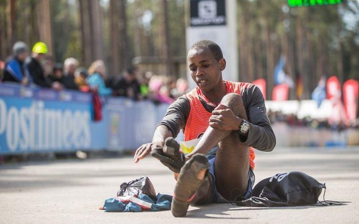 Kenyan Wins Marathon While Running In Socks (6 pics)