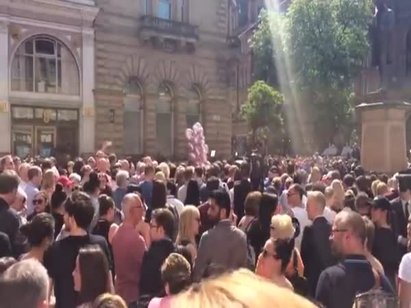 Crowd Erupts In Don't Look Back In Anger After Minute Of Silence For Manchester Victims