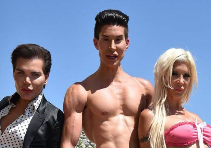 The Cast Of Plastics Of Hollywood Has So Much Silicone (29 pics)