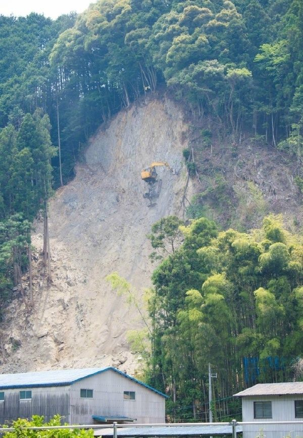 Excavator Sits In An Insane Location (2 pics)