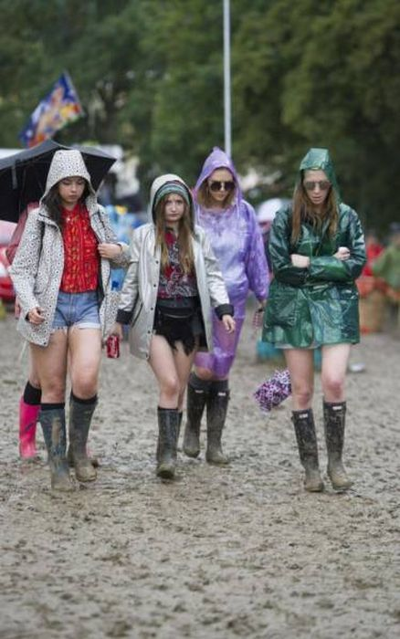 Glastonbury Is The Perfect Festival For People Who Like Mud (32 pics)