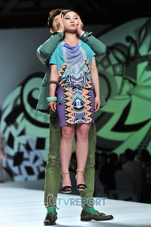 Strange Sights From A Strange Fashion Show (4 pics)