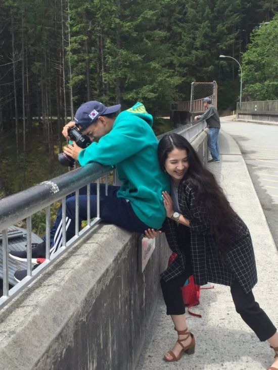 Woman Helps Her Man Get The Perfect Shot (2 pics)
