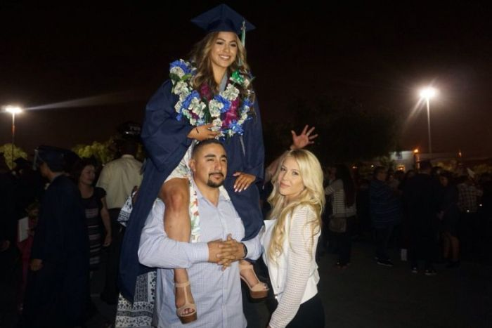 Parents Recreate Graduation Photo With Their Daughter (2 pics)