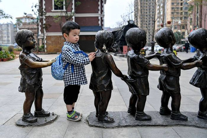 Statues Are Always Willing To Be Part Of A Photoshoot (61 pics)