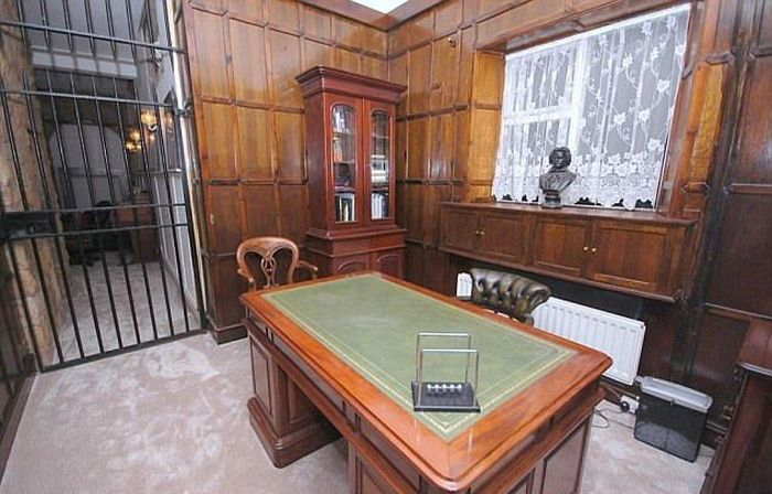 Old Police Station Now For Sale In Derbyshire (8 pics)